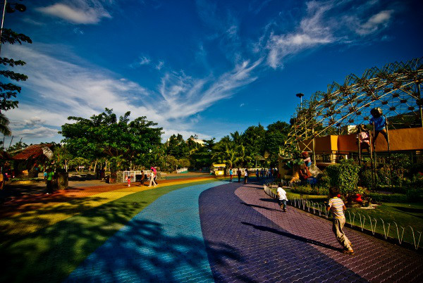 davao-peoples-park-walkway